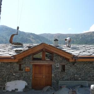Pose des lauzes sur le toit